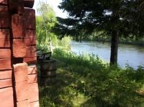 Das Häuschen steht direkt am Fluss